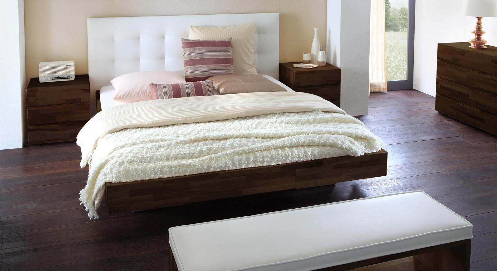 Massivholzbett mit Wandpaneel als hohes Kopfteil - Bianco Deluxe