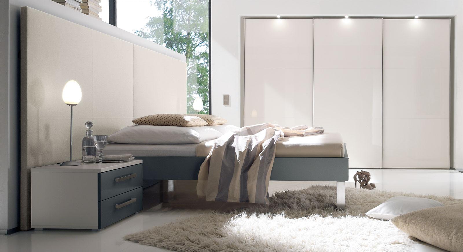 Bett Brescia in schiefergrauem MDF-Dekor mit beigem Wandpaneel aus Leinen, Fußhoehe 25cm