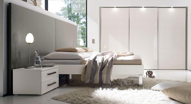 Bett Brescia in weißem MDF-Dekor mit grauem Wandpaneel aus Leinen, Fußhoehe 25cm