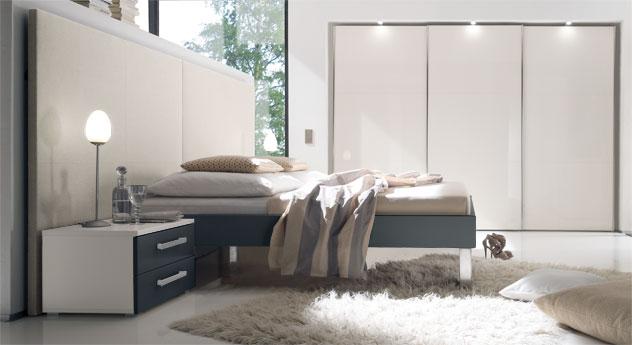 Bett Brescia in anthrazitfarbenem MDF-Dekor mit beigem Wandpanell aus Leinen, Fußhoehe 30cm