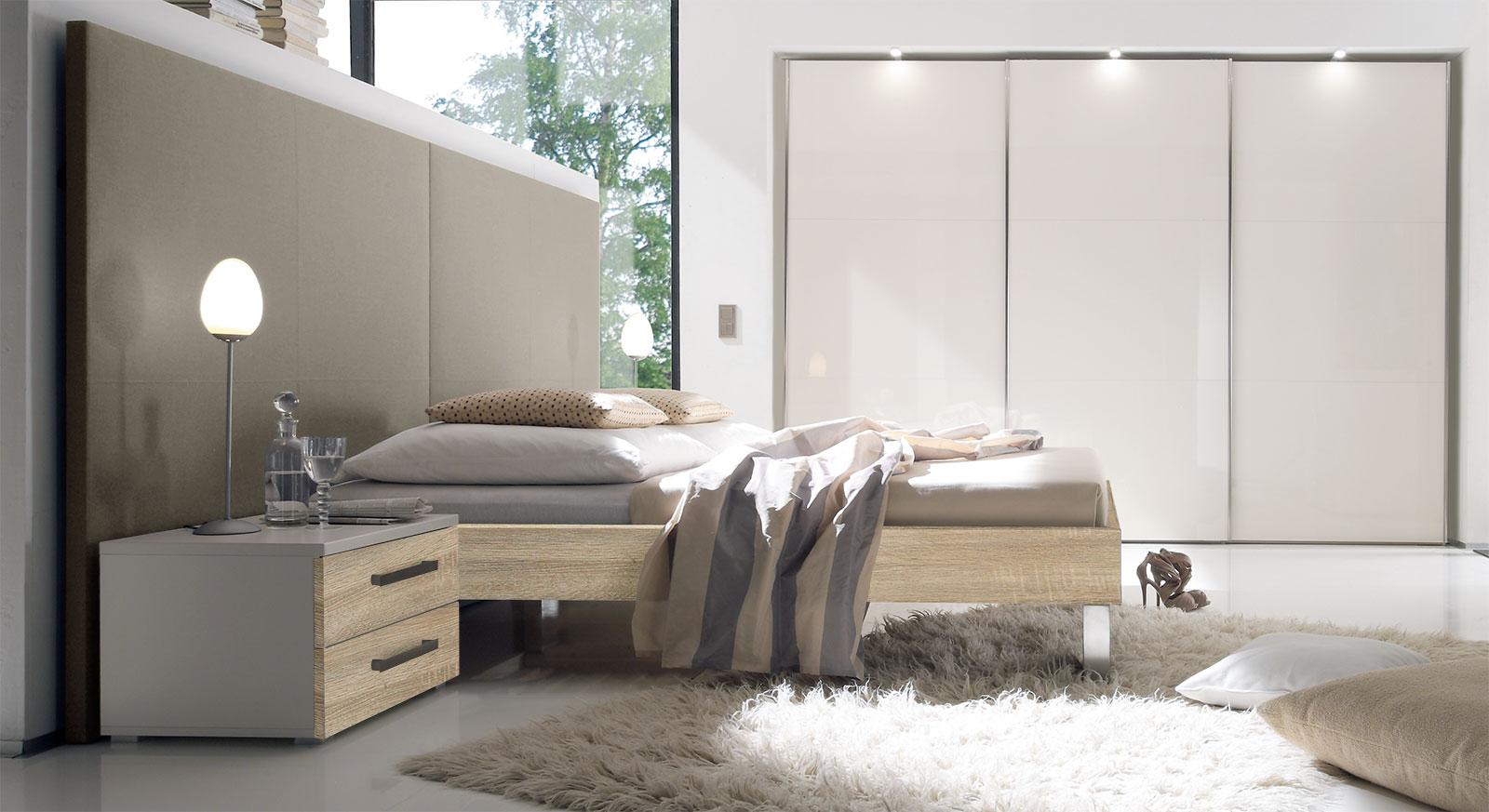 Bett Brescia in MDF-Dekor Eiche sägerau natur mit taupefarbenem Wandpaneel aus Leinen