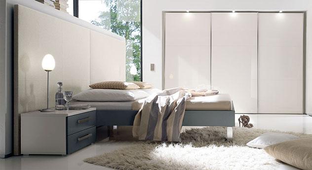 Bett Brescia in schiefergrauem MDF-Dekor mit beigem Wandpaneel aus Leinen