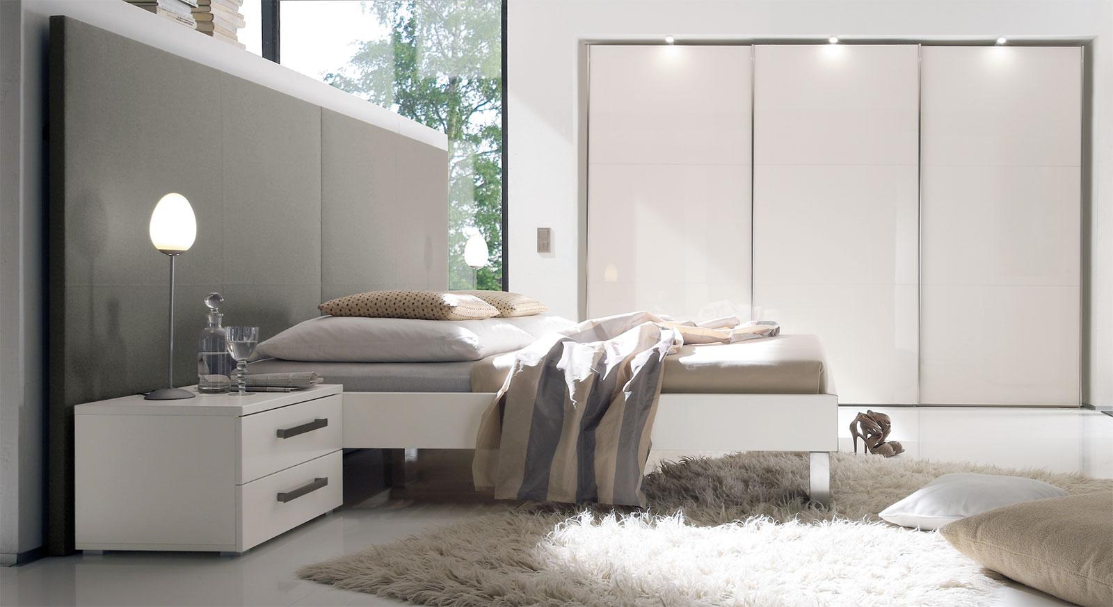 Bett Brescia in weißem MDF-Dekor mit grauem Wandpaneel aus Leinen