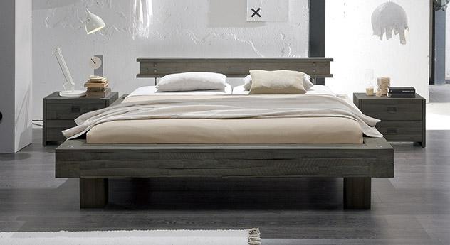 Bett Buena aus sägerauer Akazie in Grau