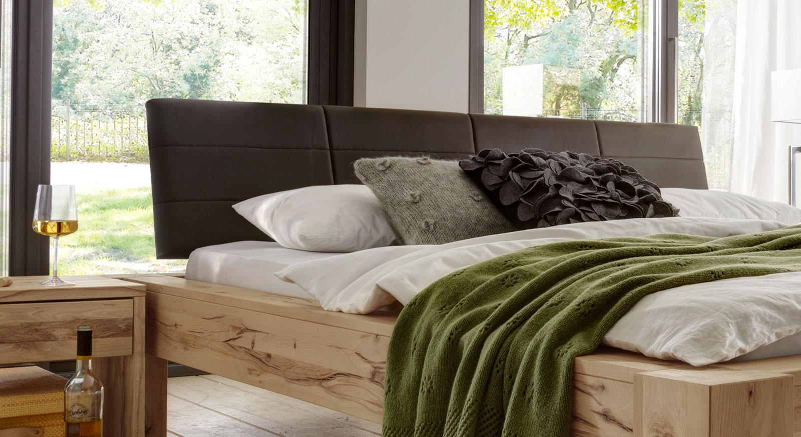 Doppelbett aus Astkernbuche mit Kunstleder-Kopfteil - Busto