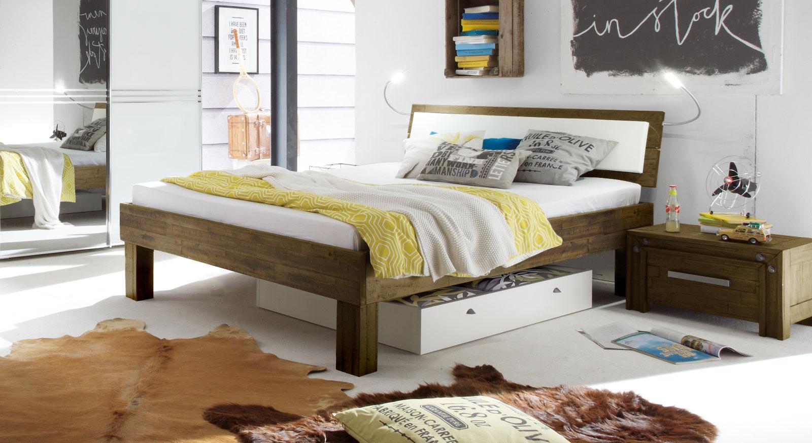 Bett im Industrial-Design aus Akazie - Caldera | BETTEN.de