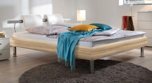 Bett Caliari aus naturbelassenem Eiche-MDF-Dekor mit weißem Kunstleder