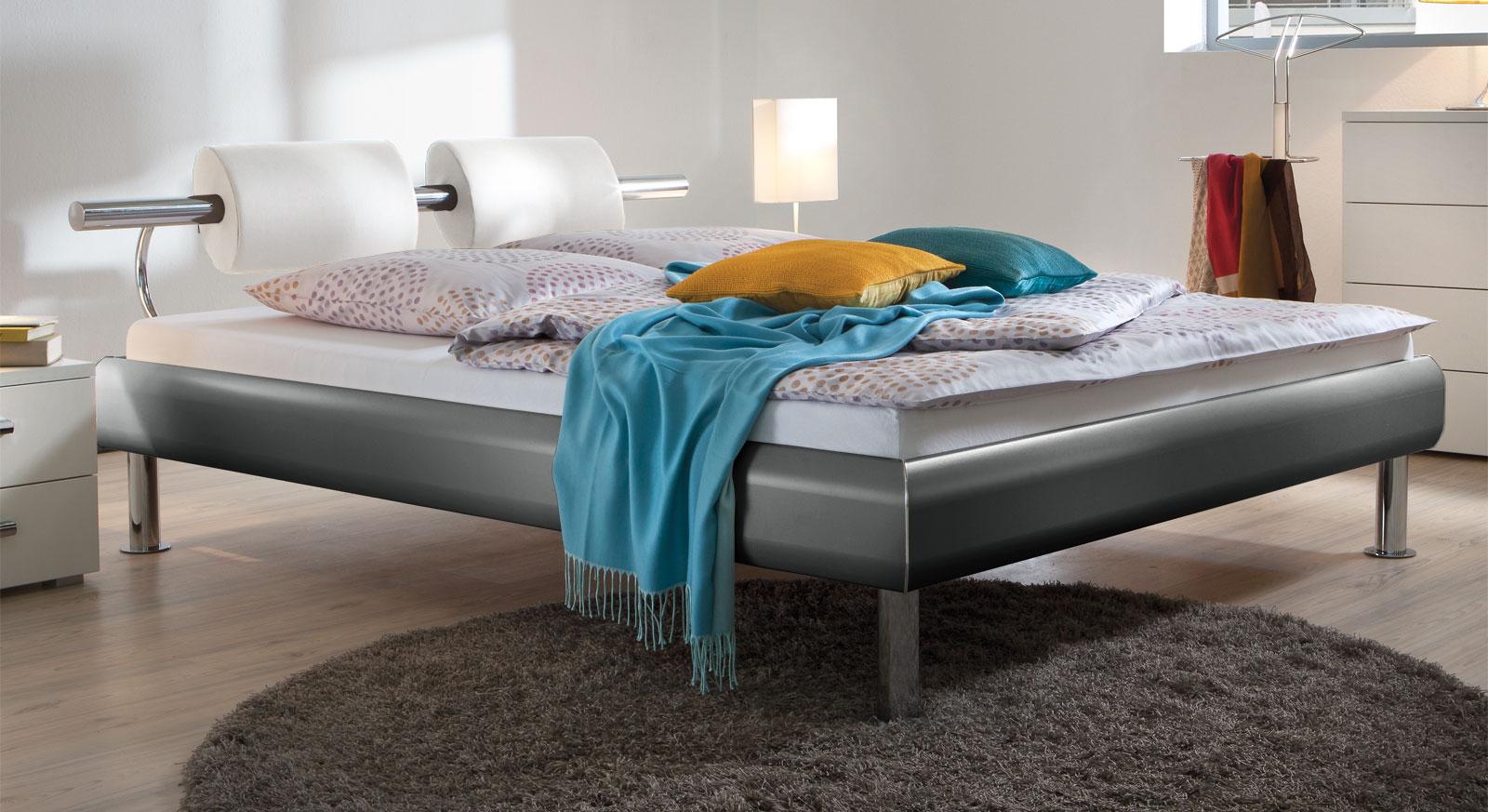 Bett Caliari aus schiefergrauem MDF-Dekor mit weißem Kunstleder