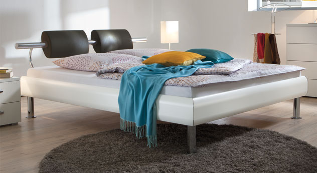 Bett Caliari aus weißem MDF-Dekor mit grauem Kunstleder