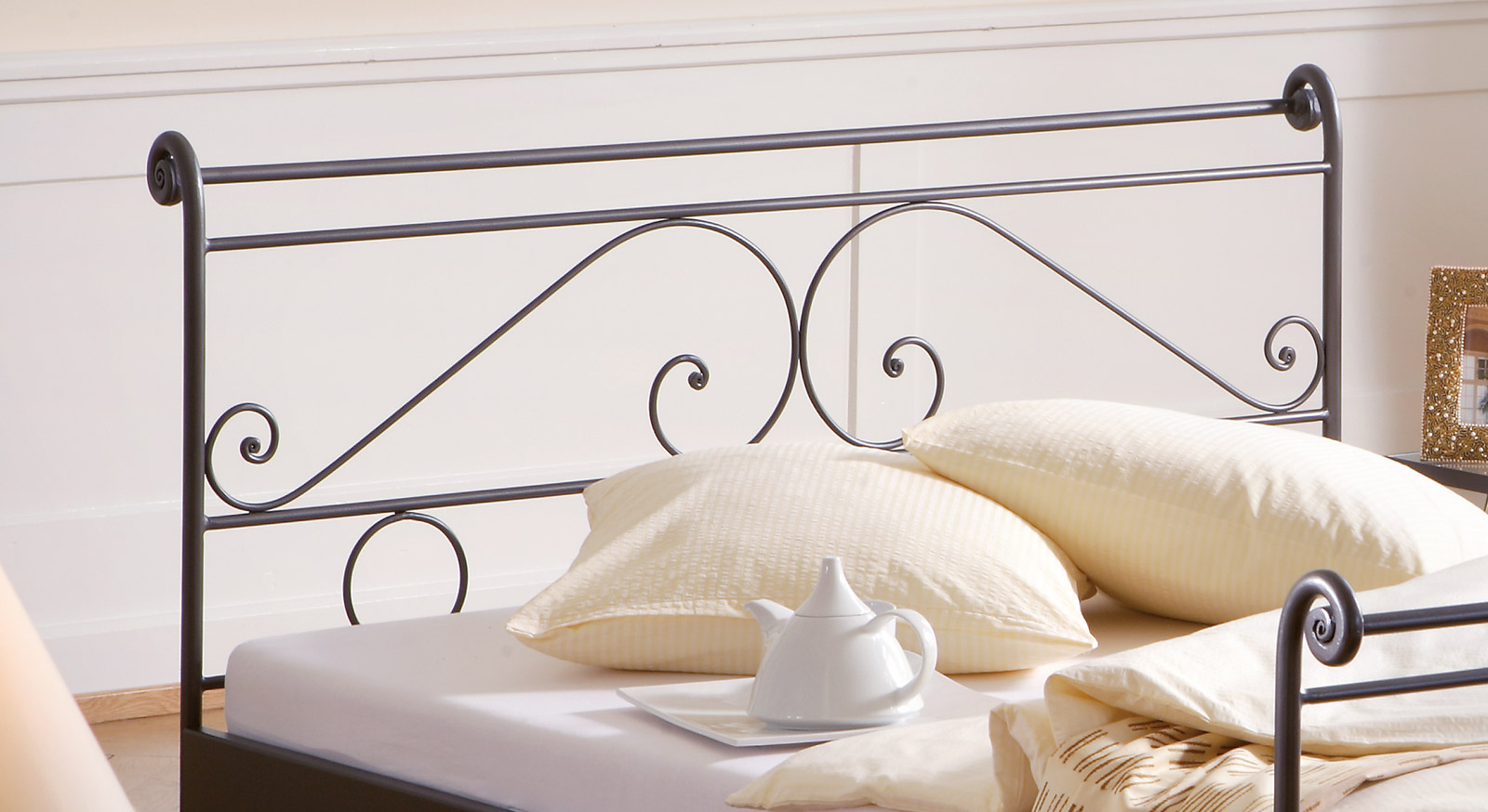 Bett Cerete mit kunstvollem Kopfteil