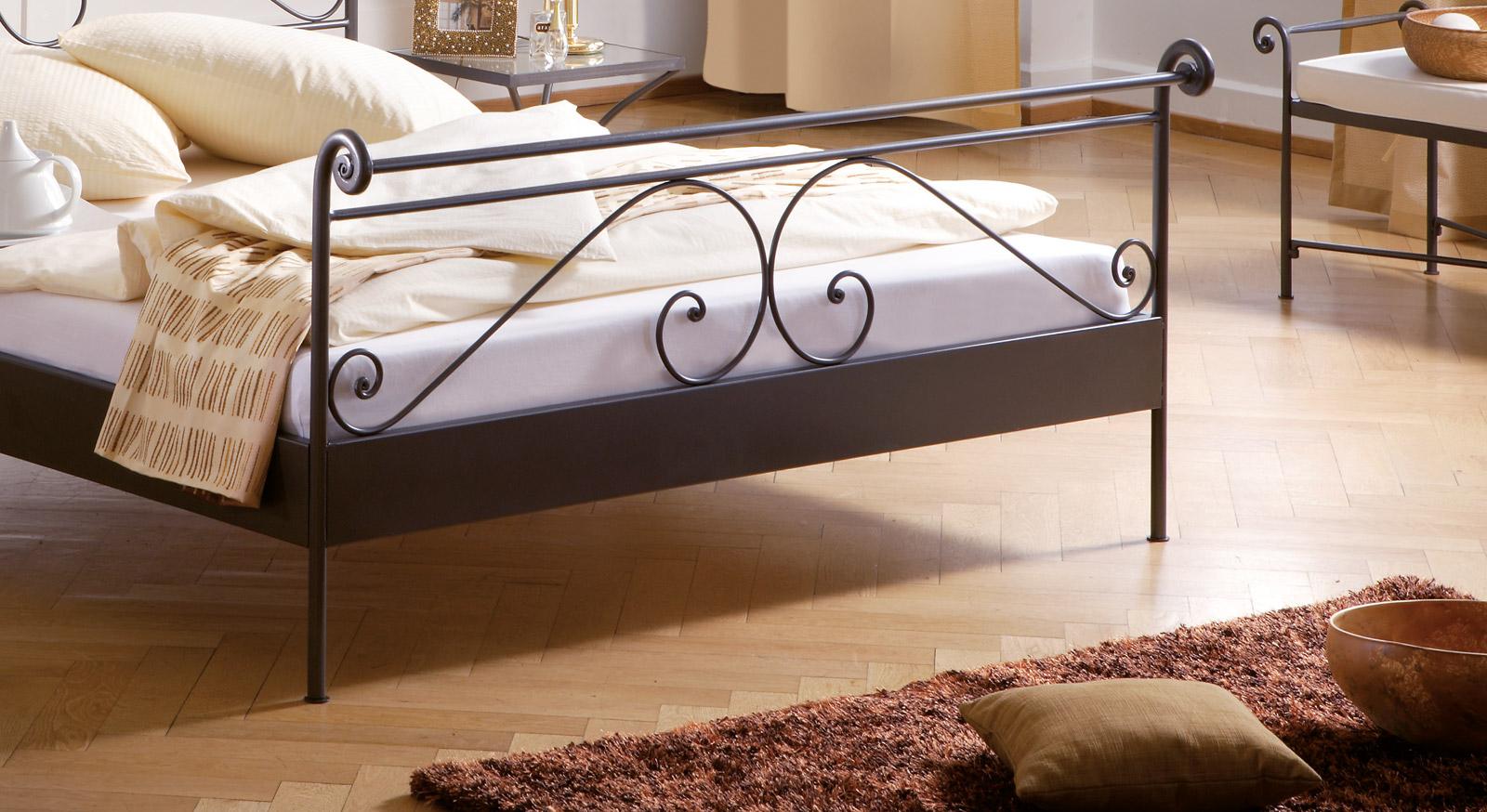 Bett Ceretes Verschnörkelungen und Füße