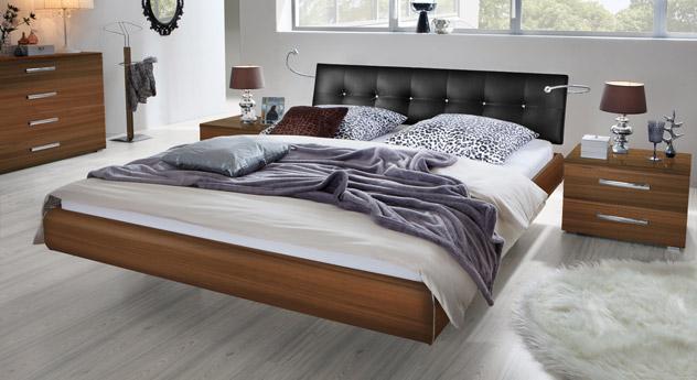 Das Bett Cosenza aus MDF in Nussbaum und Kunstleder in Schwarz