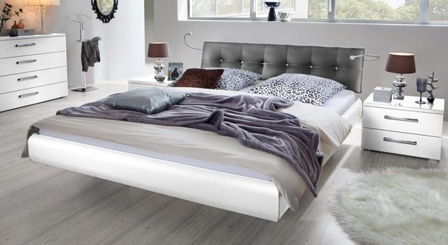 Das Bett Cosenza aus MDF in Weiß und Kunstleder in Grau