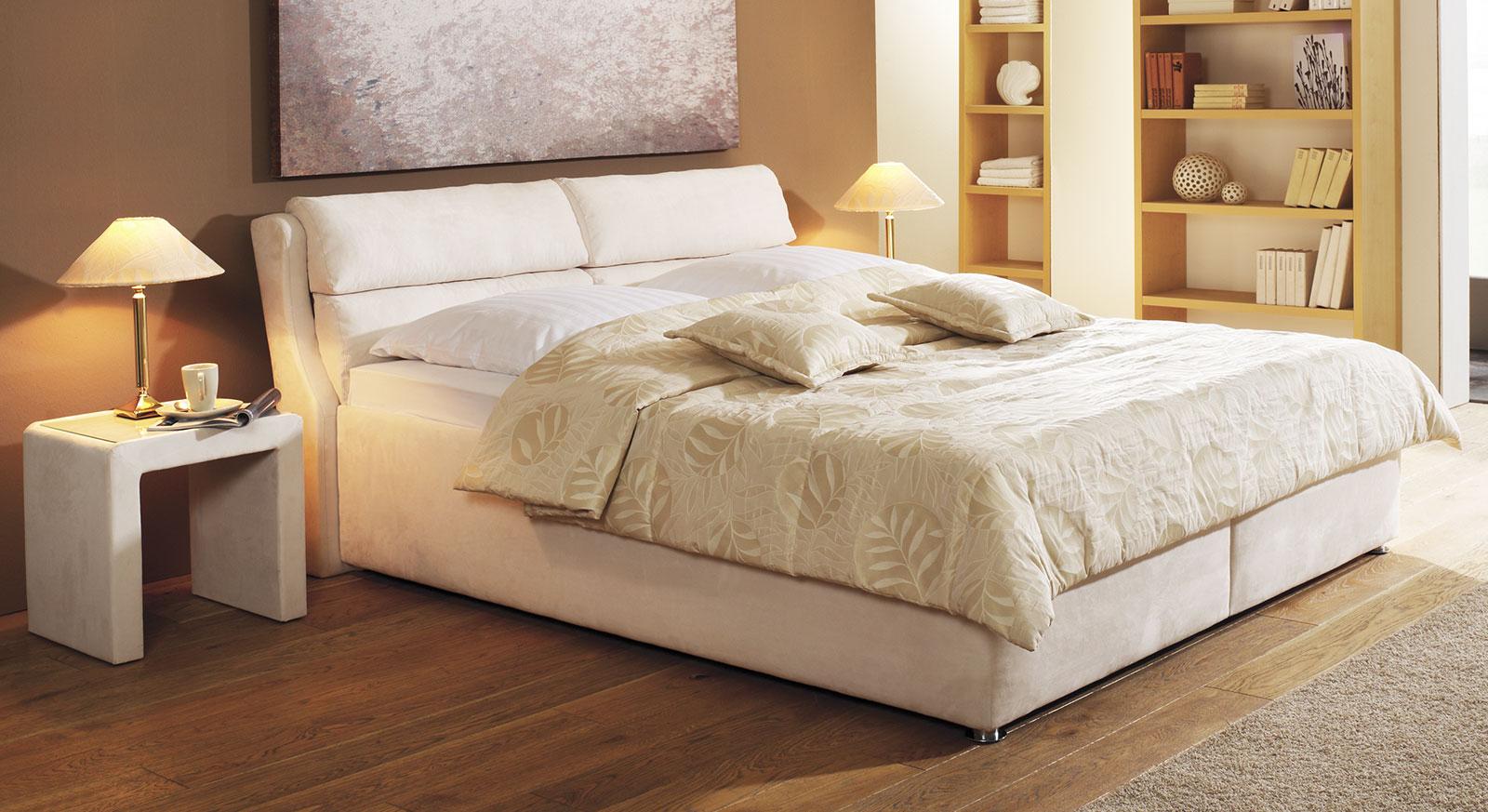 Cremefarbenes Bett Cremona mit weicher Decke in Beige