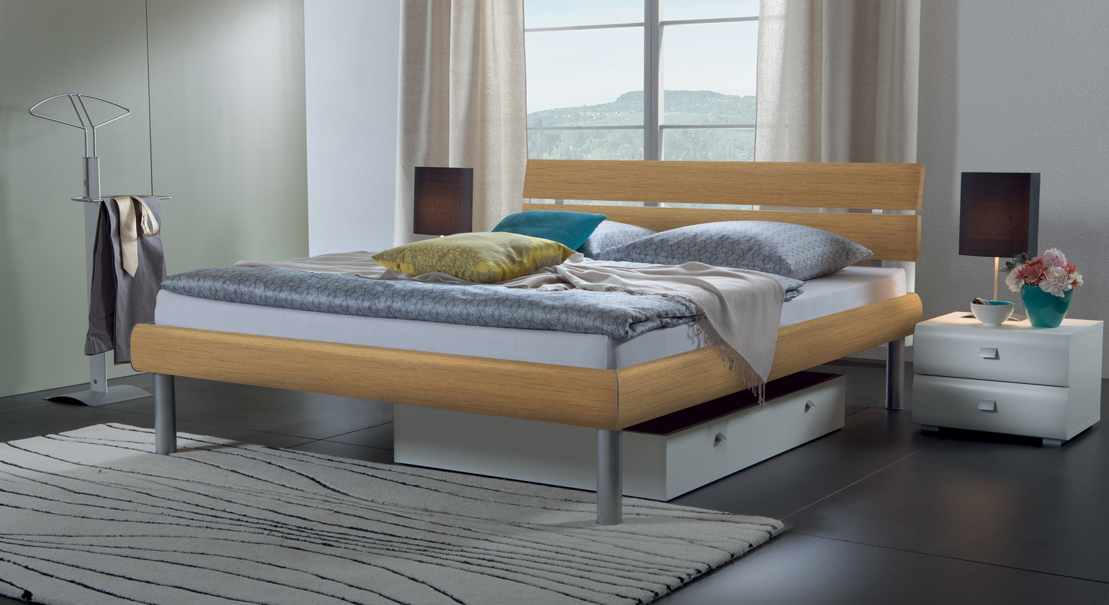 Bett Diego in Buche, Bettbeine in alufarben.