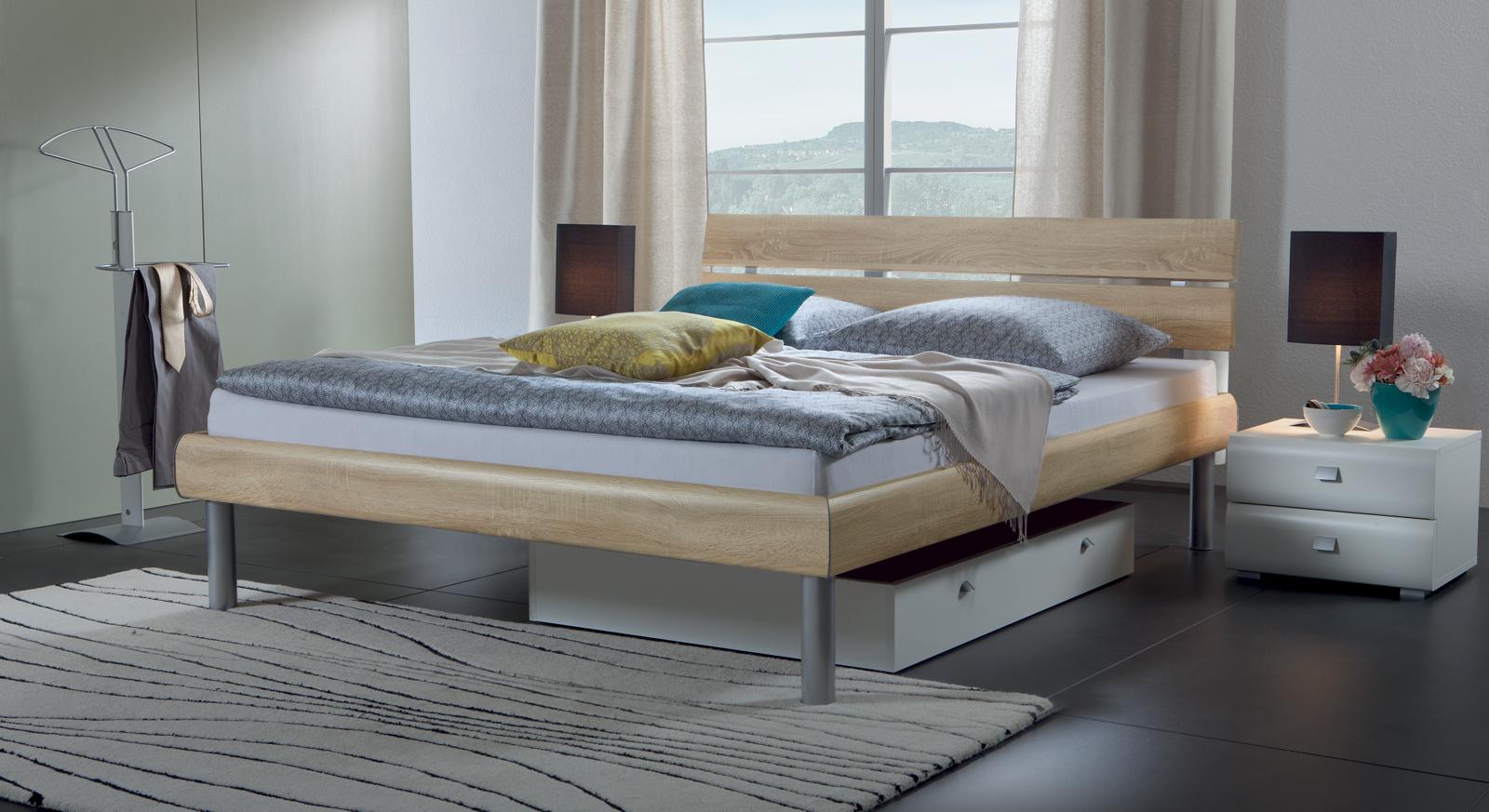Bett Diego in Eiche mit Dekoroberfläche.