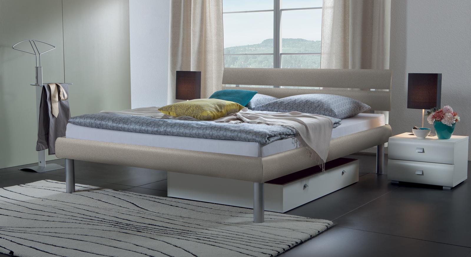 Bett Diego in metallfarben aus hochwertigem Dekor.