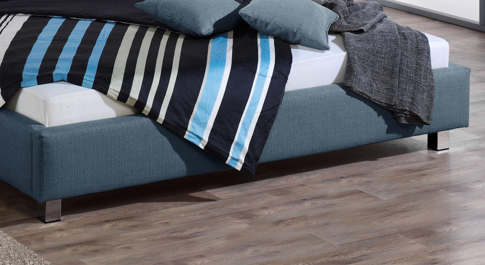 Modernes Bett El Coco mit verchromten Metallfüßen