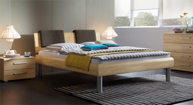 Bett Enna in der Fußhöhe 25cm und in sägerauer Eiche, natur