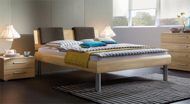 Bett Enna in der Fußhöhe 30cm und in sägerauer Eiche, natur