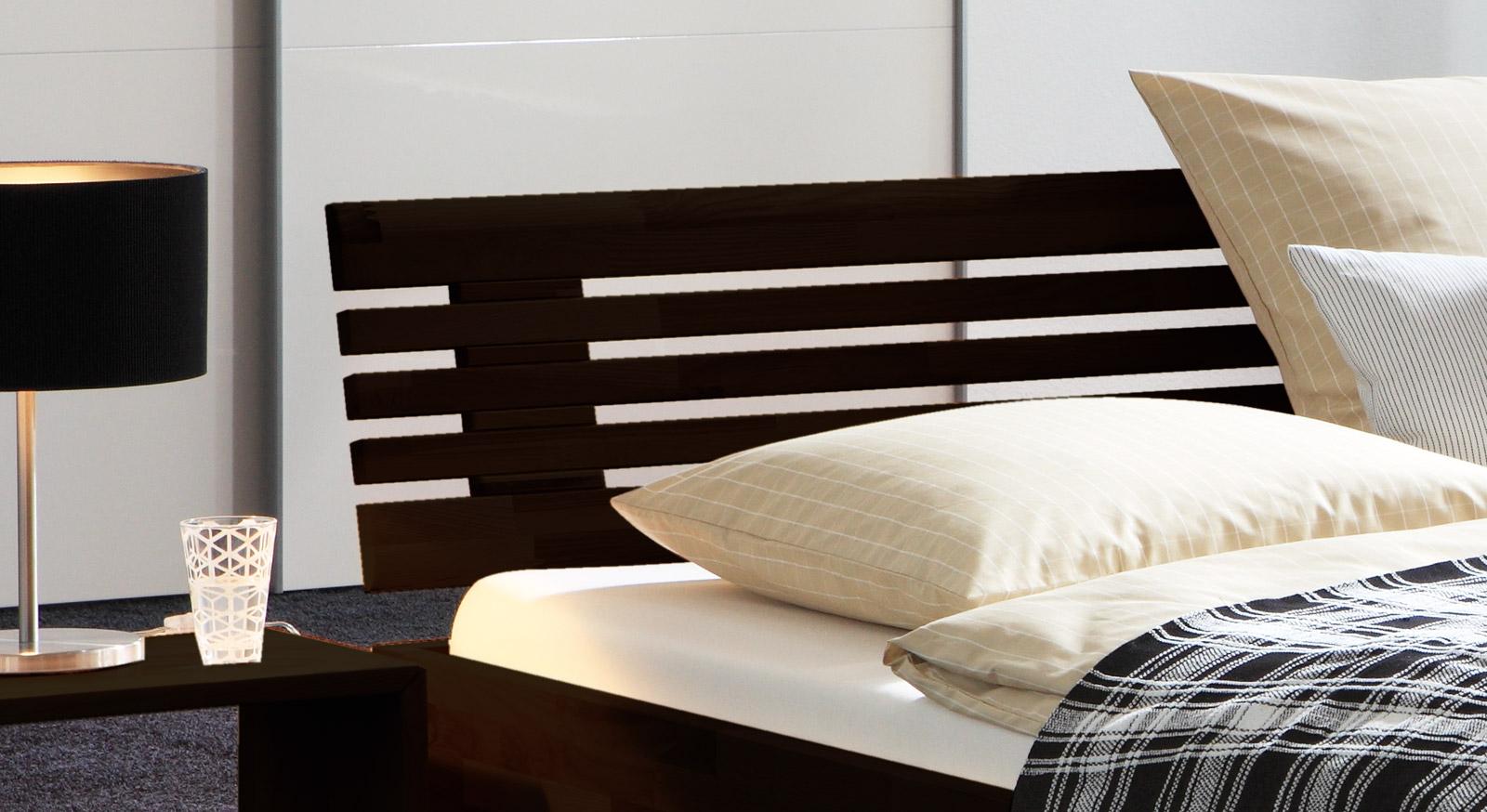Stabiles Bett Fontana mit hochwertigem Sprossen-Kopfteil.