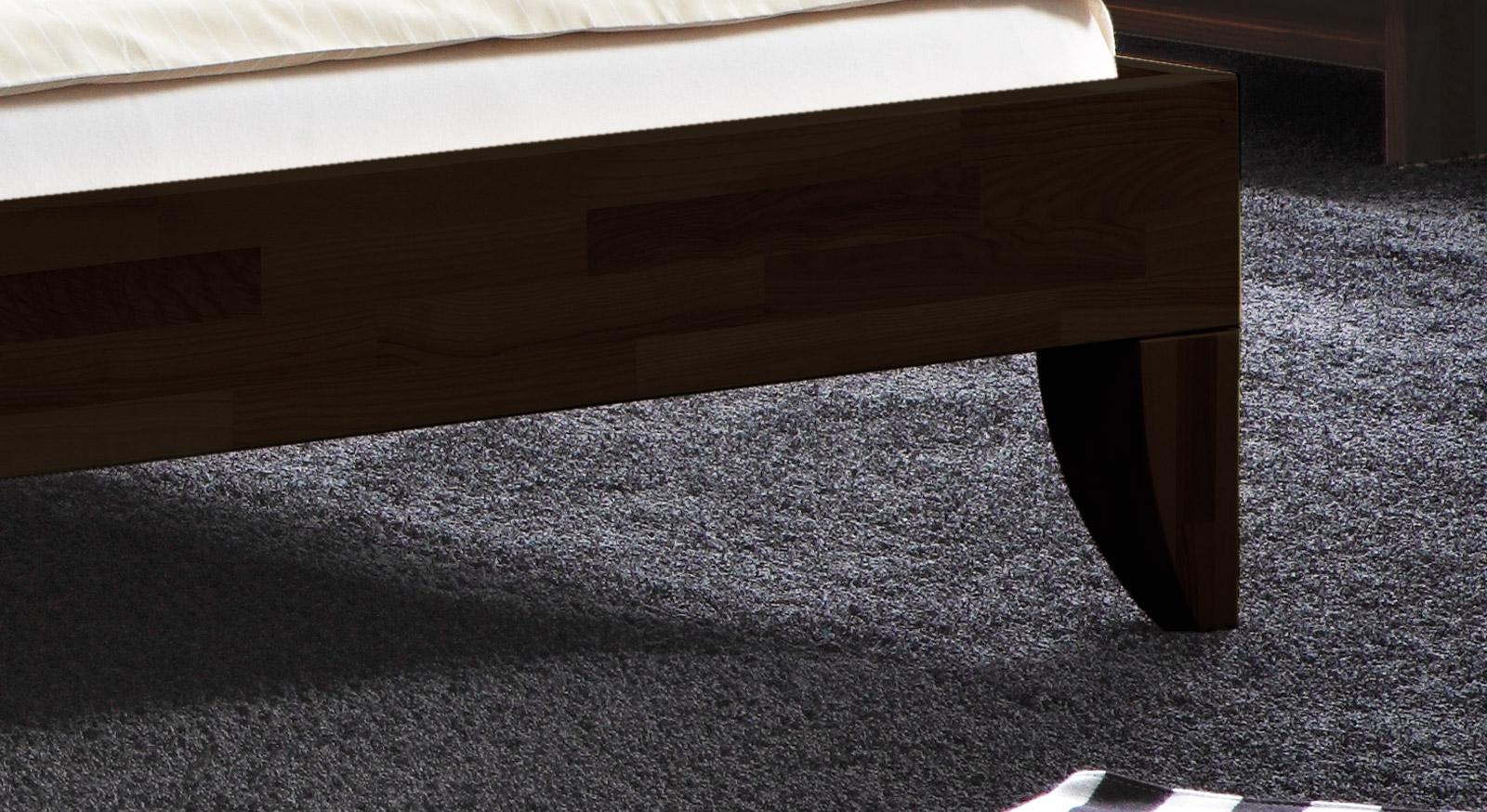 Massives Bett Fontana mit hochwertigen, stabilen Füßen.