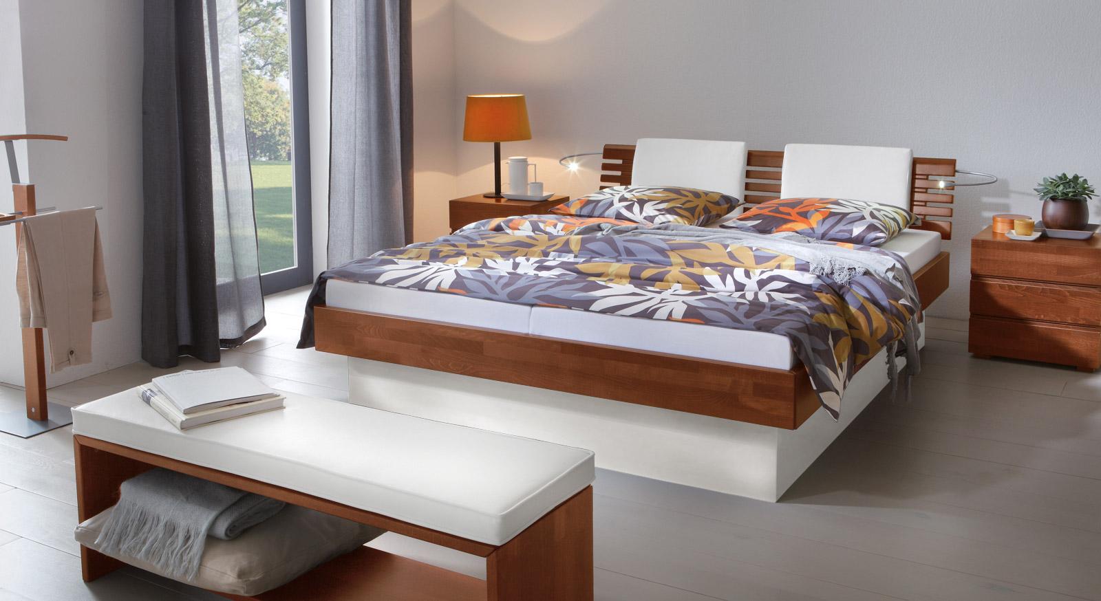 Das Bett Grosseto aus Buche kirschbaumfarben und weißem MDF