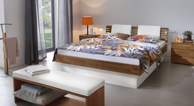 Das Bett Grosseto aus Buche nussbaumfarben und weißem MDF