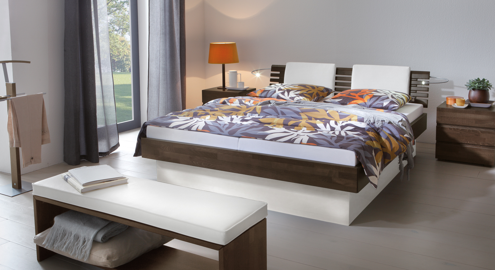 Das Bett Grosseto aus Buche wengefarben und weißem MDF