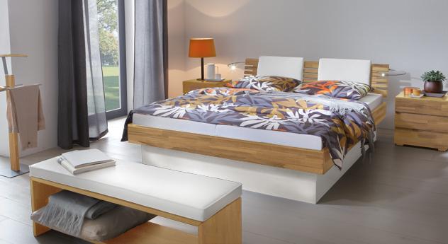 Das Bett Grosseto aus Kernbuche Natur und weißem MDF