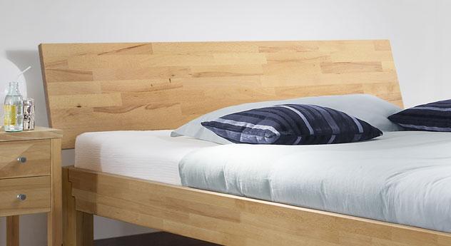 Bett Jura mit geneigtem Kopfteil aus Massivholz