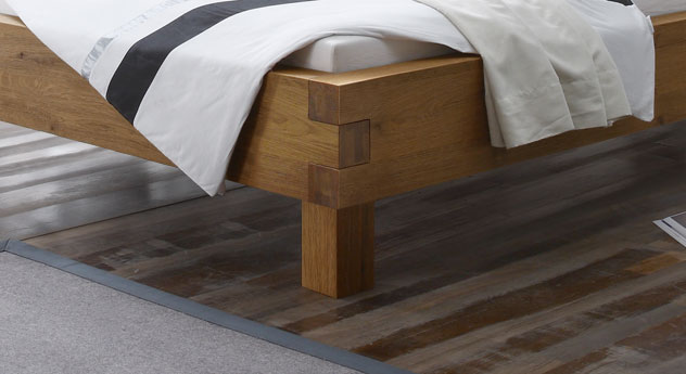 Bett Kasos mit massivem Holzrahmen