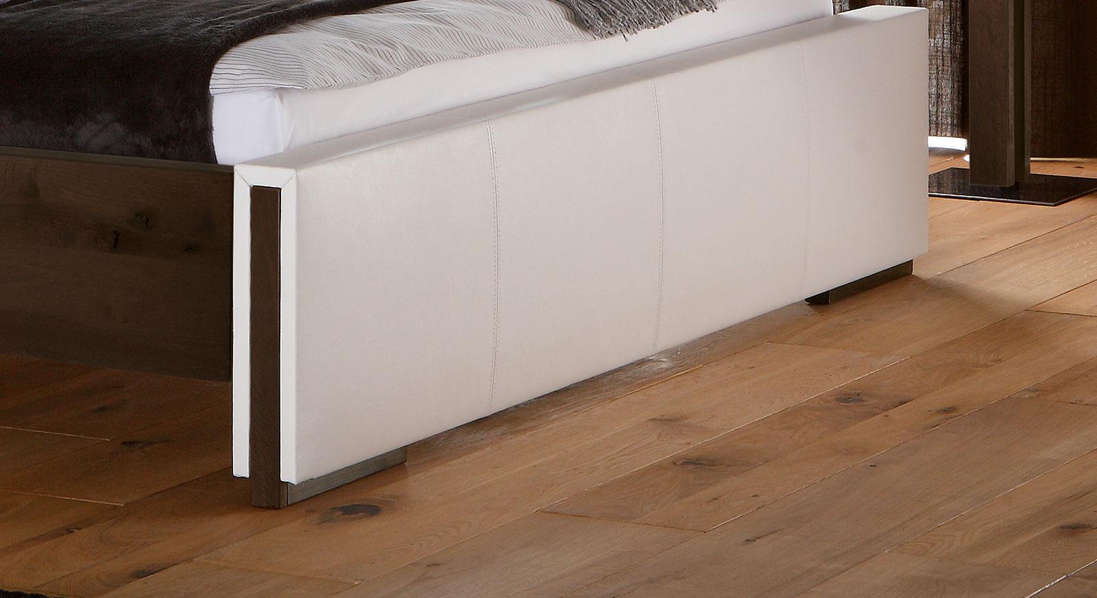 Bett Amadora aus kernbuche mit Fußteil mit Kunstlederbezug