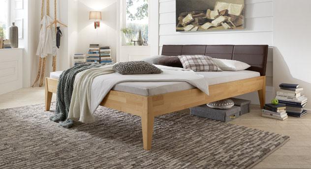Das Bett Leonardo aus naturfarbener Buche und braunem Kunstleder
