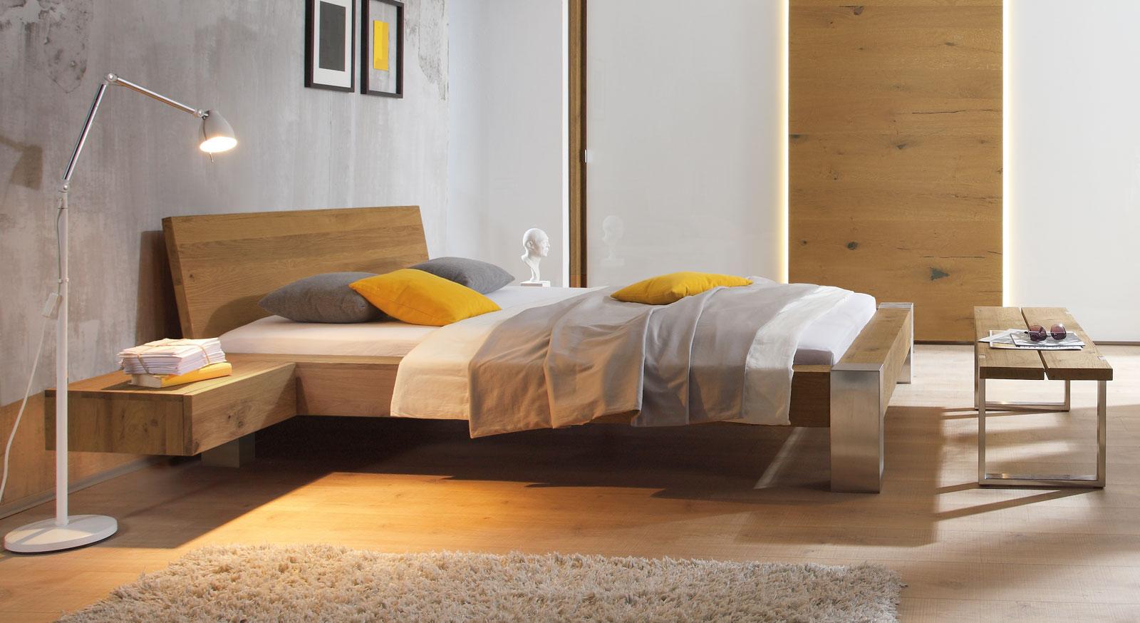 Bett Liro in 20cm Fußhöhe kombiniert gebürsteten Edelstahl mit Wildeiche natur