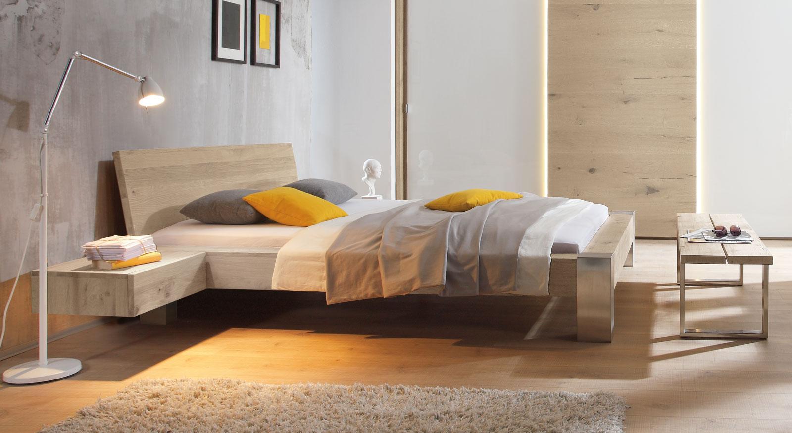 Bett Liro aus gebürstetem Edelstahl und Wildeiche weiß mit 20cm Fußhöhe