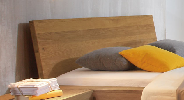 Bett Liro mit bequemem Kopfteil aus Massivholz