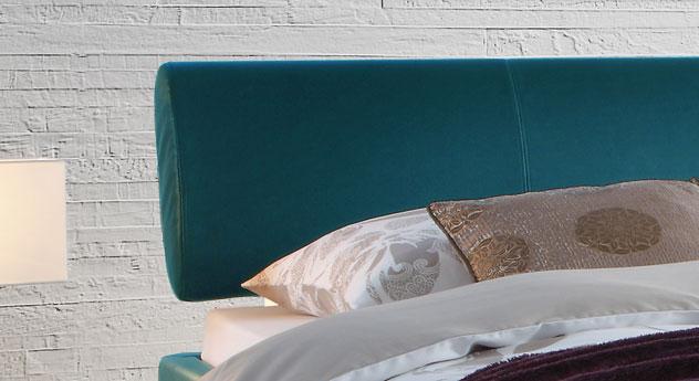Das Bett Lopo mit Kopfteil in Ellipsenform