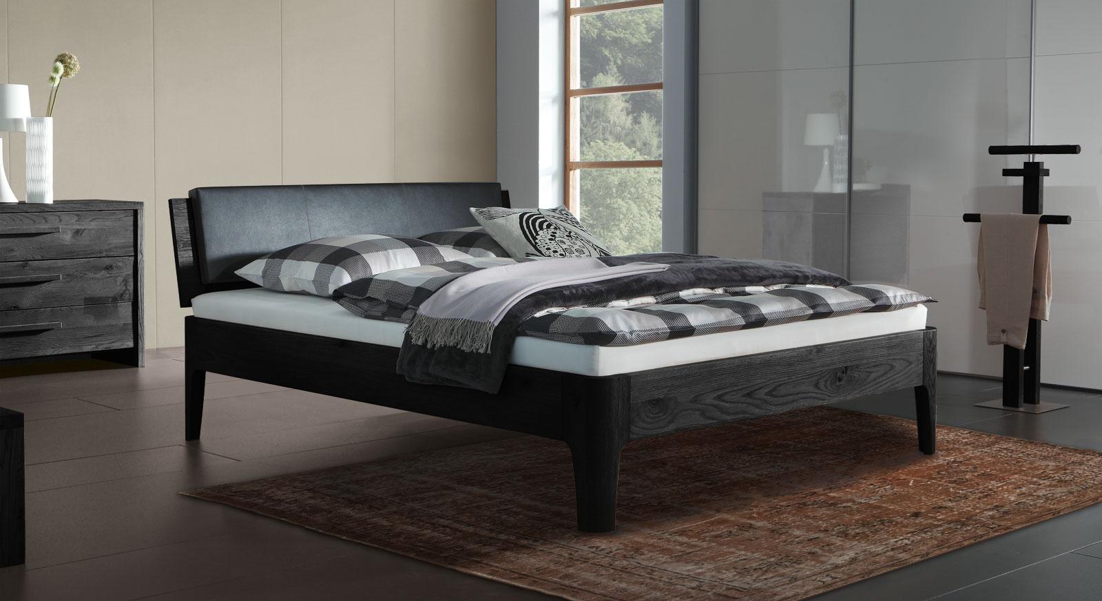 Eiche-Bett Lugo in graphitfarben mit 25cm hohen Füßen
