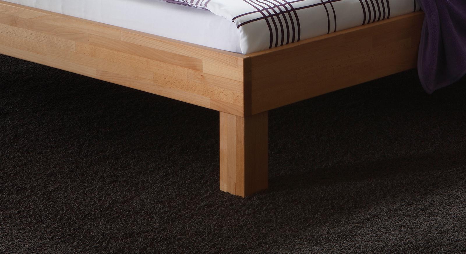 Modernes Bett Luzern mit stabilen eckigen Füßen.