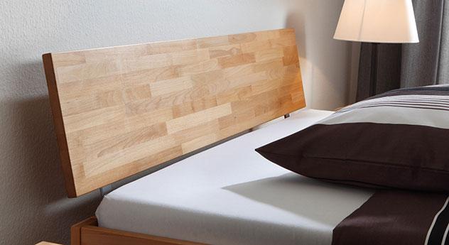Massivholz-Bett Luzern mit stbilem Kopfteil.