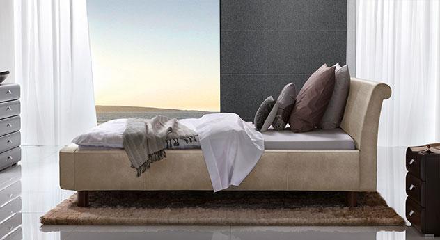 Bett Macuma in beigebraunem Luxus-Kunstleder mit 20 cm Fußhöhe