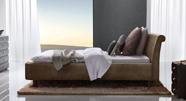 Bett Macuma in braunem Luxus-Kunstleder mit 20 cm Fußhöhe