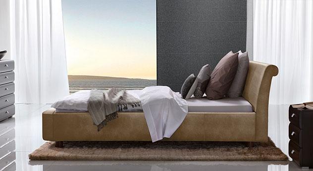 Bett Macuma in hellbraunem Luxus-Kunstleder mit 10 cm Fußhöhe