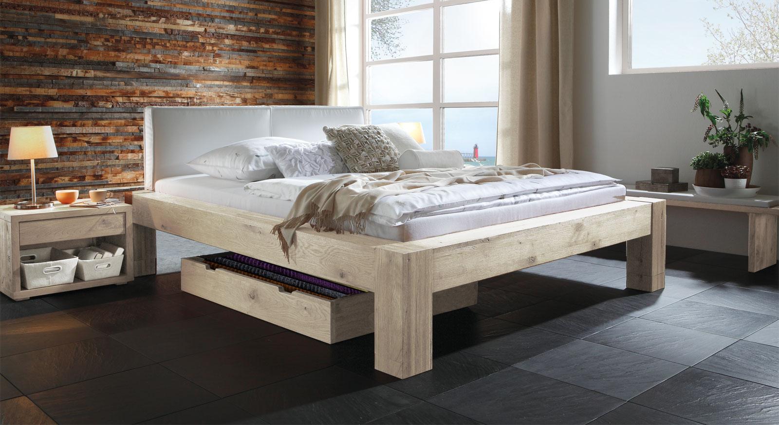 Bett Maia aus Wildeiche mit 25cm Füßen in Weiß