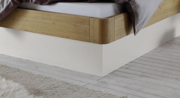 Bett Majuro mit weißem Sockel