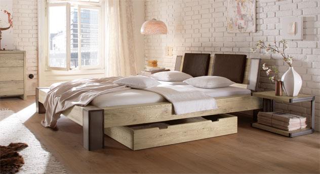 Bett Mallero mit maronefarbenen Einsteck-Kissen in Wildeiche weiß mit der Fußhöhe 25cm