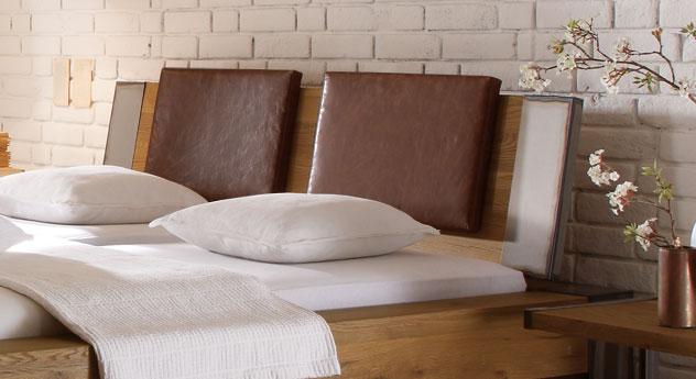 wildeichenbett mit stahlelementen mallero. Black Bedroom Furniture Sets. Home Design Ideas