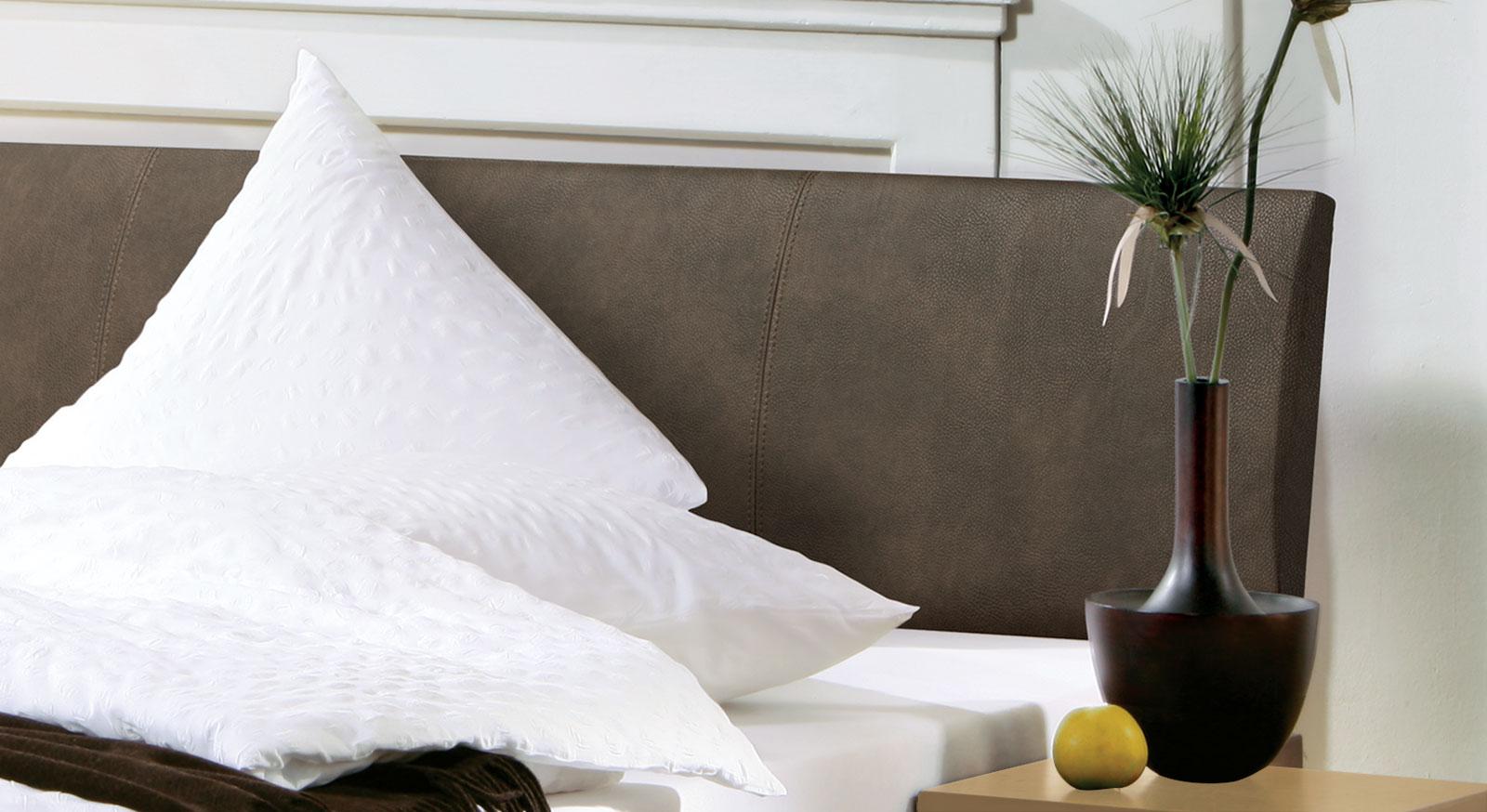 Modernes Bett Marbella mit hochwertigem Kopfteil.