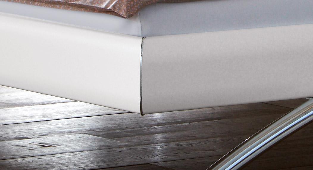 Bett Markala besitzt am Rahmen verchromte Gehrungsteile